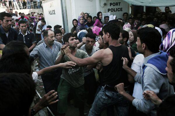 Афганские и сирийские мигранты в очереди на регистрацию на греческом острове Лесбос