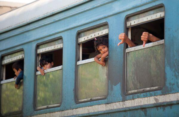 Дети мигрантов в поезде на границе между Грецией и Македонией