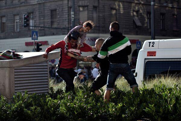 Нападение националистов на сирийских беженцев у железнодорожного вокзала Келети в Будапеште