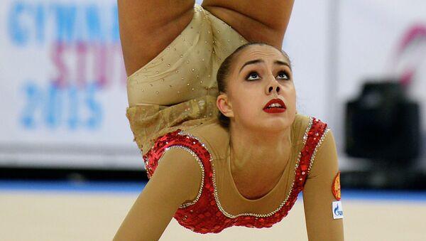Маргарита Мамун выполняет упражнения с мячом на чемпионате мира по художественной гимнастике в немецком Штутгарте