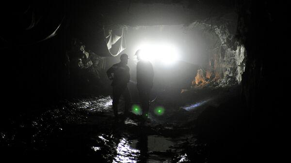 Горняки в шахте