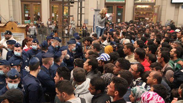 Беженцы из стран Ближнего Востока на железнодорожном вокзале Келети в Будапеште