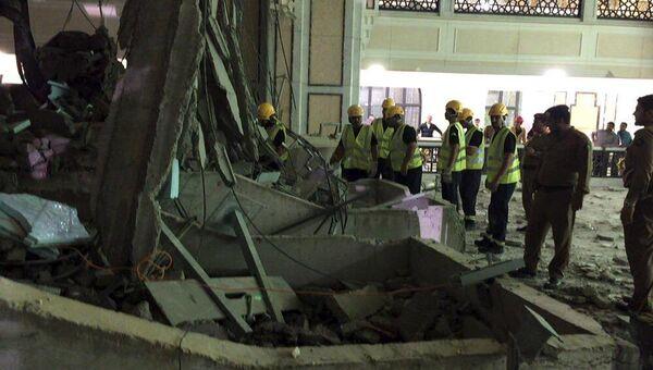Спасатели рядом с рухнувшим на мечеть краном в Мекке, 11 сентября 2015 года