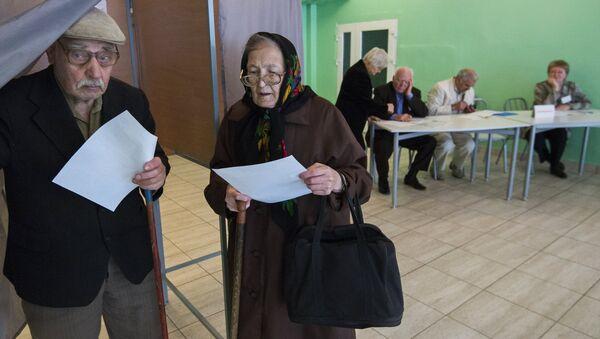 Пенсионеры на избирательном участке, архивное фото