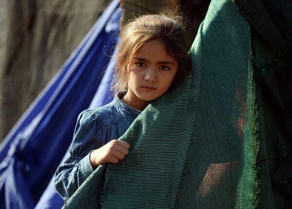 Девочка в лагере беженцев с Ближнего Востока на греческом острове Лесбос