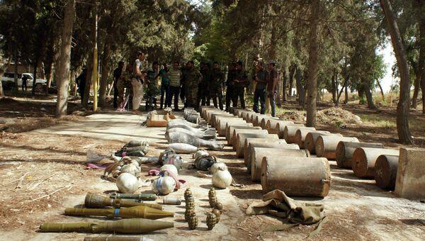 Сирийские военнослужащие досматривают трофеи, захваченные у боевиков ИГИЛ в Сирии