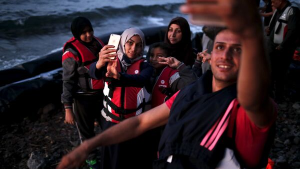 Серийские беженцы делают селфи после прибытия на греческий остров Лесбос