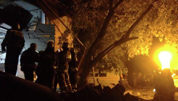 Сотрудники МЧС на месте взрыва газа в жилом доме в Омске