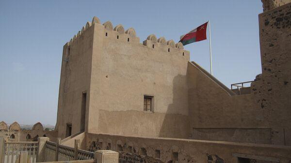 Флаг развевается над замком в Омане