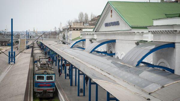 Поезд у здания железнодорожного вокзала в городе Севастополе