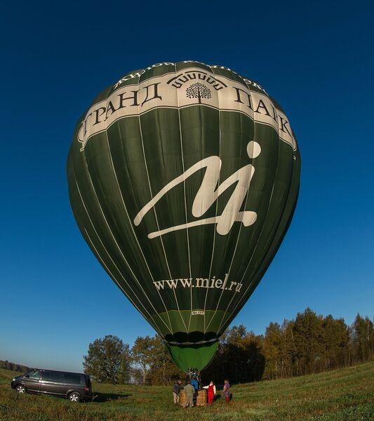 Подготовка воздушного шара к полету во время занятий воздухоплаванием в Московской области.