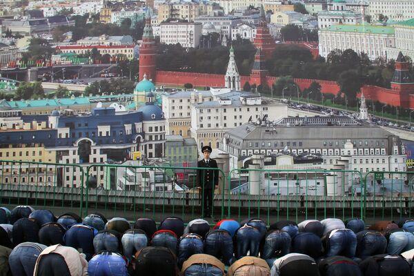 Мусульмане во время праздника Ураза-байрам в Москве