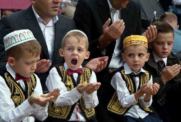 Дети во время молитвы в мечети султана Мехмеда Фатиха в Приштине, Косово