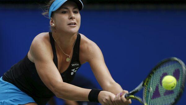 Тениссистка Белинда Бенчич в матче против Каролины Возняцки на турнире в Токио, 26 сентября 2015