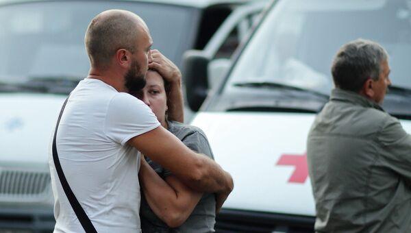 Горожане на подстанции скорой медицинской помощи в Симферополе, где неизвестный 26-го сентября 2015 года открыл огонь из огнестрельного оружия по медперсоналу. Архивное фото