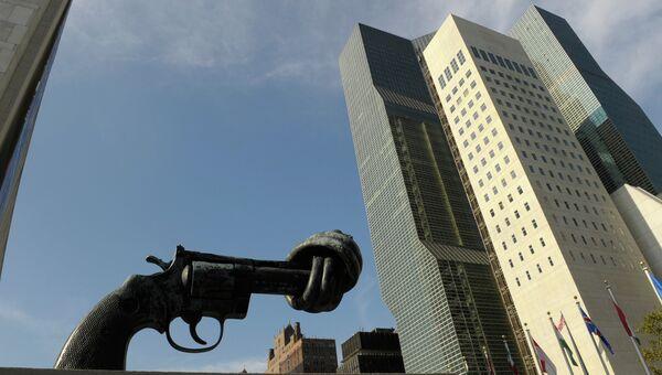 Пятиметровый бронзовый револьвер с завязанным в узел дулом у задния ООН в НЬю-Йорке