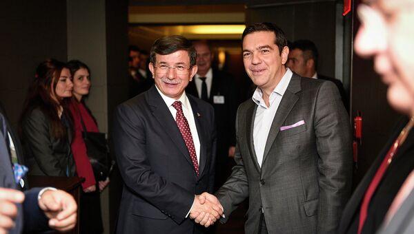 Премьер-министр Греции Алексис Ципрас и премьер-министр Турции Ахмет Давутоглу во время встречи. Архивное фото