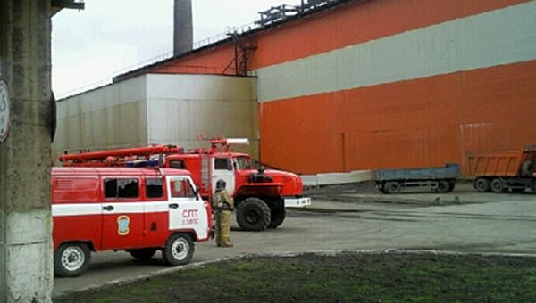 Спасатели МЧС на месте проишествия у металлургического цеха ЗАО Карабашмедь