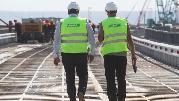 Сотрудники Росавтодора на временном мосту для технических нужд, который устанавливают перед началом строительства Керченского моста в окрестностях порта Тамань