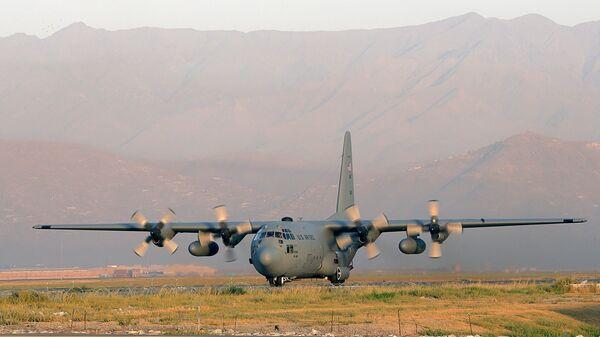 Американский военно-транспортный самолет С-130 Hercules на аэродроме в Кабуле, Афганистан. Архивное фото