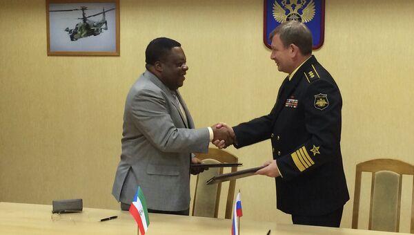 Главнокомандующий ВМФ РФ Виктор Чирков и министр национальной безопасности Экваториальной Гвинеи Николас Обама Нчама