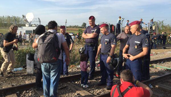 Беженцы на сербской границе у КПП Хоргош-Реске (Венгрия)