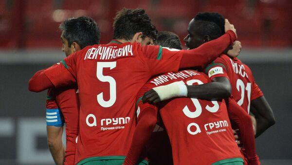 Игроки Локомотива радуются забитому голу в ворота ФК Амкар