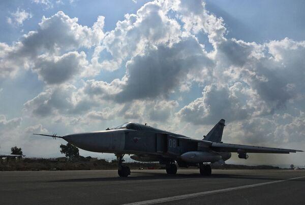 Бомбардировщик Су-24 взлетает с аэродрома Хмеймим в Сирии