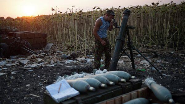 Украинский военный у миномета. Архивное фото
