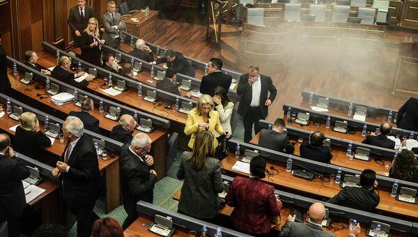 Радикалы распылили слезоточивый газ в парламенте Косово