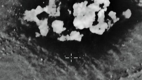 Удар по опорному пункту боевиков в районе 4,3 км северо-западнее Тамана. (Стоп-кадры с видео, опубликованного Министерством обороны РФ)