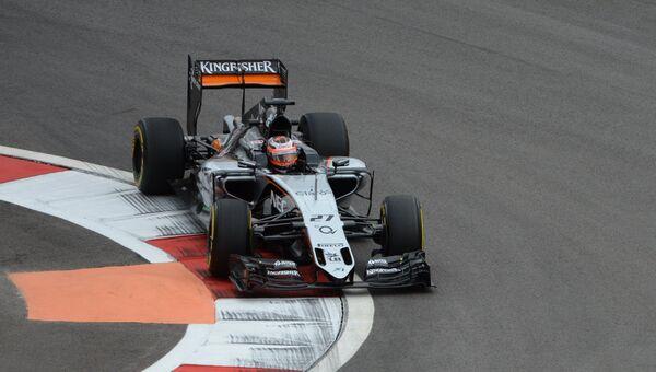 Гонщик команды Форс Индия Нико Хюлькенберг принимает участие в первой сессии свободных заездов на российском этапе чемпионата мира по кольцевым автогонкам в классе Формула-1. 9 октября 2015