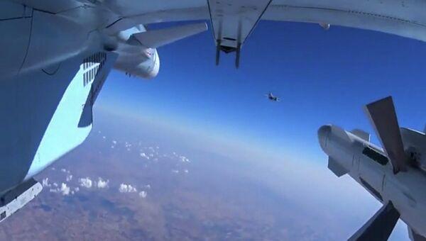 Самолет российских Воздушно-космических сил во время боевого вылета