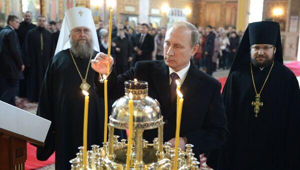 Президент России Владимир Путин во время посещения Свято-Успенского кафедрального собора в Астане