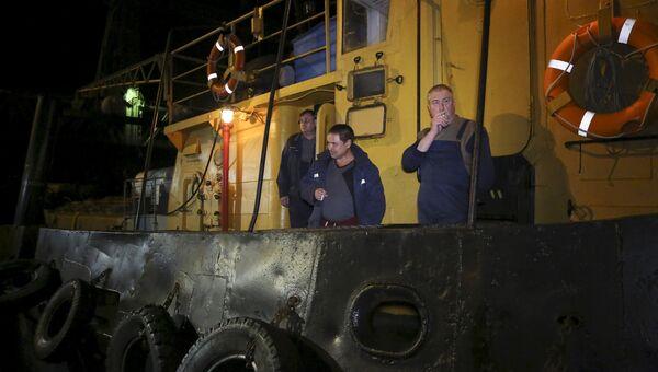 Члены команды спасателей после операции по поиску пострадавших после крушения катера у берегов Одесской области