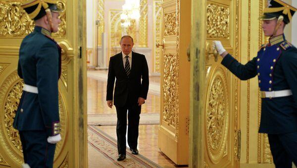 Президент России Владимир Путин на церемонии представления в Большом Кремлевском дворце высших офицеров по случаю их назначения на вышестоящие командные должности
