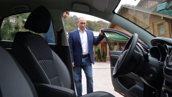 Президент России Владимир Путин осматривает новую модель АвтоВАЗа Лада Веста
