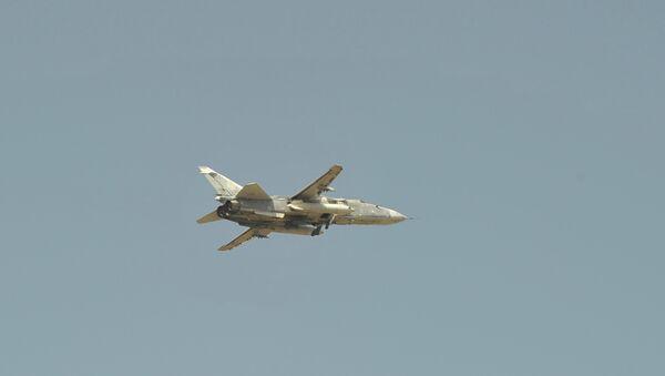 Российский самолет Су-24 взлетает с авиабазы в Сирии