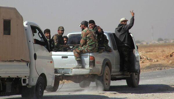Сирийские солдаты едут в городе Алеппо 21 октября, 2015. Архивное фото