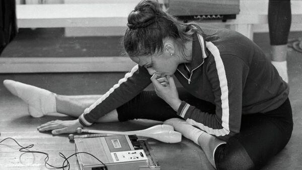 Чемпионка мира, чемпионка СССР по художественной гимнастике Ирина Дерюгина выбирает музыку для новой программы