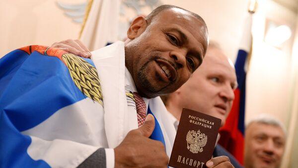 Боксер Рой Джонс получил российский паспорт