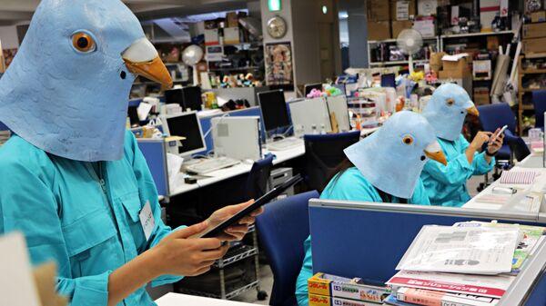 Сотрудники японской игрушки компании в костюмах птиц в канун Хэллоуина, Токио