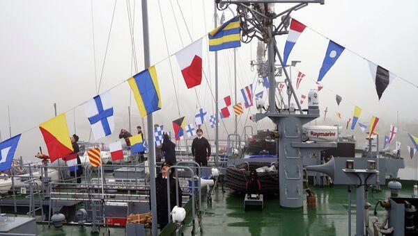 Церемония поднятия флагов ВМФ России на новых спасательных катерах в Балтийске