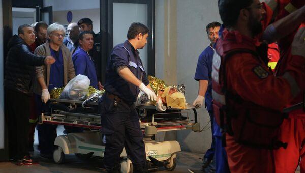 Экстренная помощь пострадавшим в пожаре в ночном клубе в Бухаресте