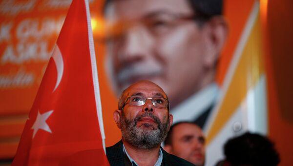 Сторонник Умеренно консервативной Партии справедливости и развития (ПСР) в Турции