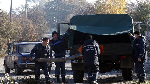 Украинские саперы грузят не разорвавшийся боеприпасы, рядом с военными складами в Сватово