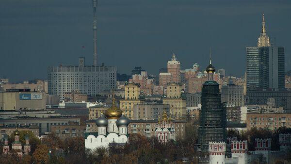 Вид на центр города со смотровой площадки на Воробьевых горах. Архивное фото