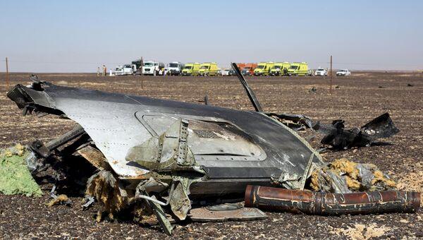 Обломки самолета Airbus A321 авиакомпании Когалымавиа на месте крушения в Египте