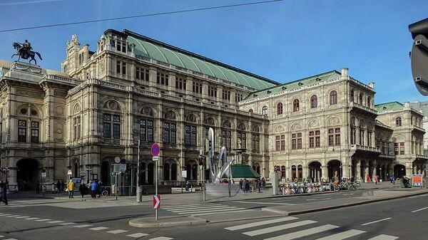 Памятник Альбану Бергу перед Венской оперой