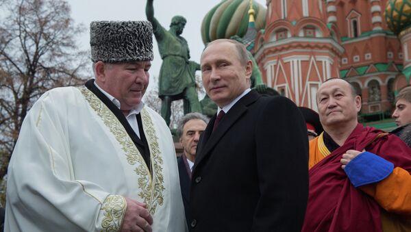Президент РФ В.Путин возложил цветы к памятнику Кузьме Минину и Дмитрию Пожарскому на Красной площади